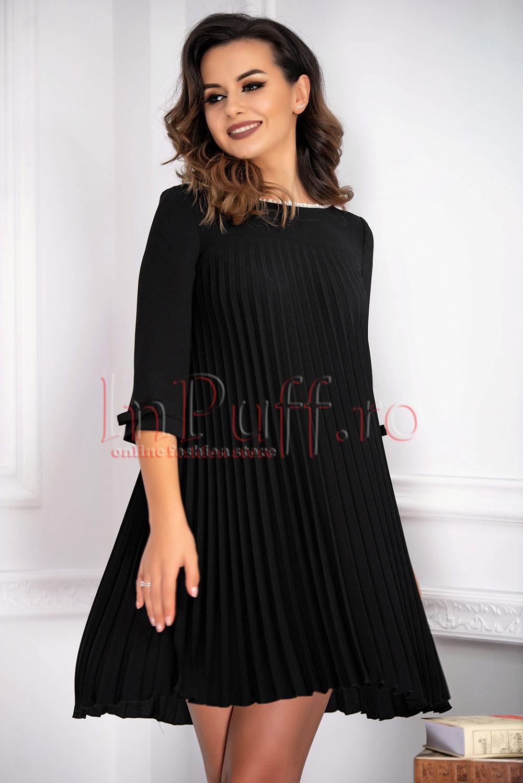 Rochie eleganta din bistrech negru si perle albe la gat