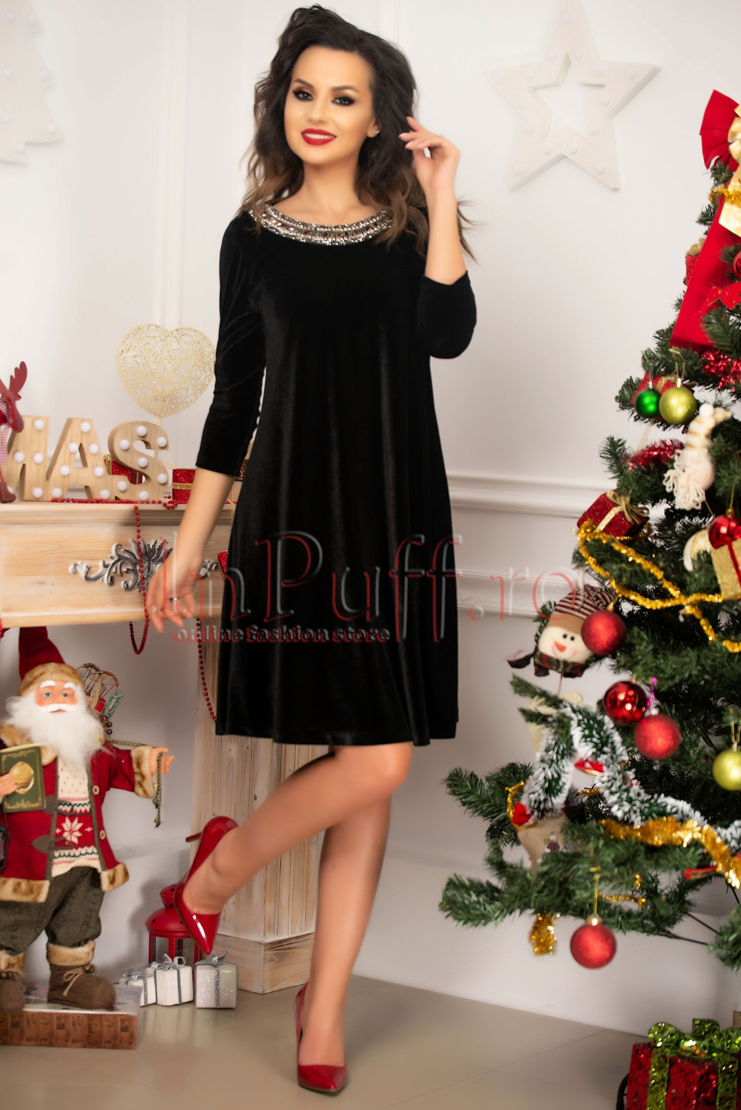 Rochie eleganta din catifea neagra si colier pretios